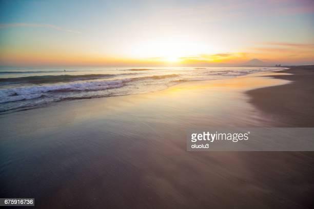 beautiful sunset on the beach and mt fuji - orizzonte sull'acqua foto e immagini stock