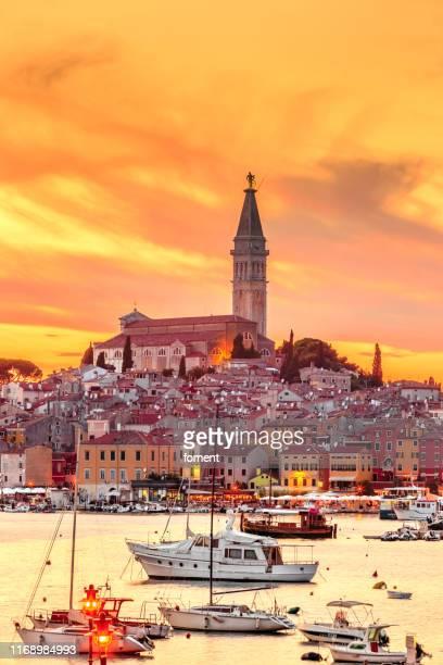hermosa puesta de sol sobre la ciudad de rovinj, istria, croacia - croacia fotografías e imágenes de stock
