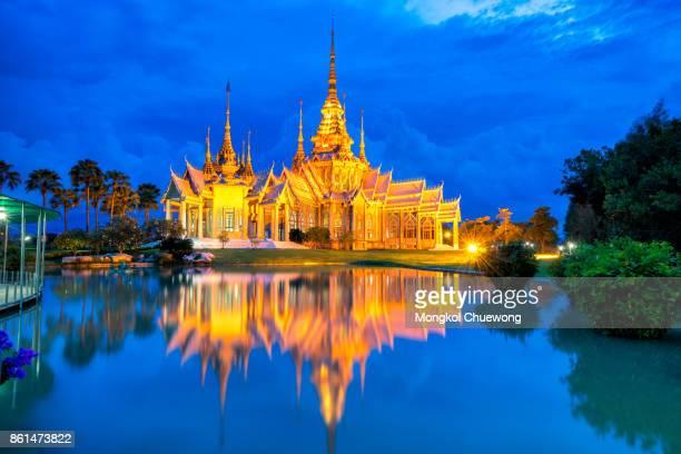 beautiful sunset scene of thai temple at wat none kum or wat non kum at nakhon ratchasima province thailand - sukhothai stockfoto's en -beelden
