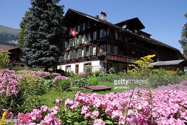Wunderschöne Schweizer Berner Alpen Gärten und landwirtschaftlichen Gebäuden