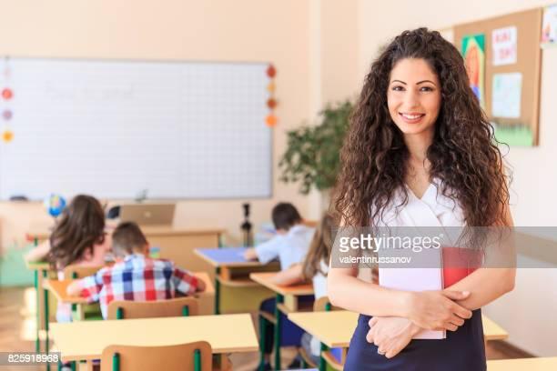 Schöne Lehrerin halten Bücher