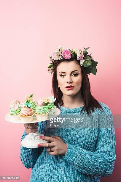 bela adolescente bonito com cupcakes - coroa enfeite para cabeça - fotografias e filmes do acervo