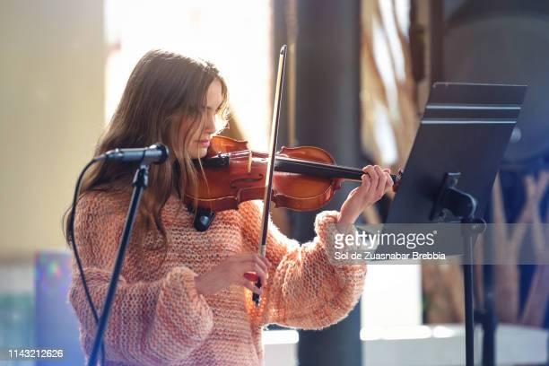 beautiful teenager girl playing the violin - arte, cultura e espetáculo imagens e fotografias de stock