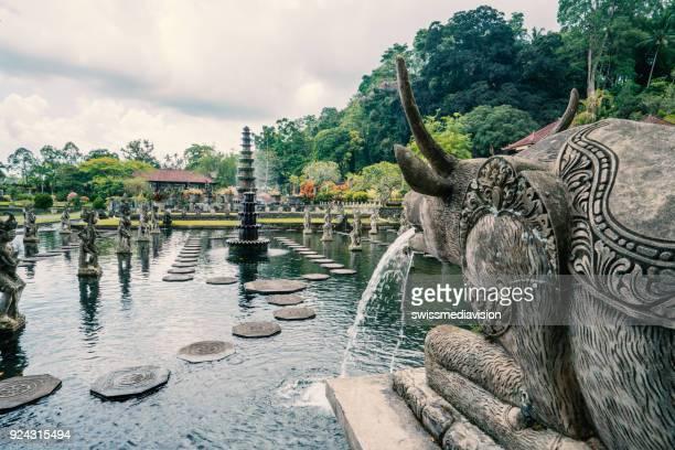 hermoso templo de tirta gangga o templo del agua, bali, indonesia - bali fotografías e imágenes de stock