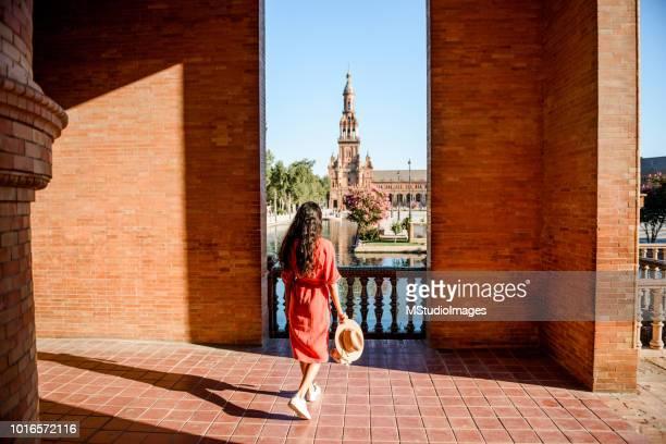 belle touriste visitant l'espagne. - culture espagnole photos et images de collection