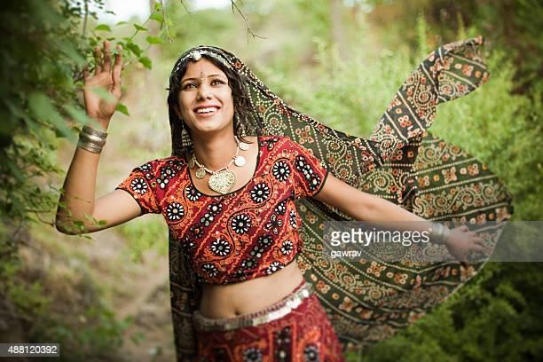 Wunderschöne, traditionelle, glückliche Frau der ländlichen Indien in der Natur.