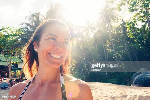 Sie brasilianische Frau auf der tropischen Insel, Thailand