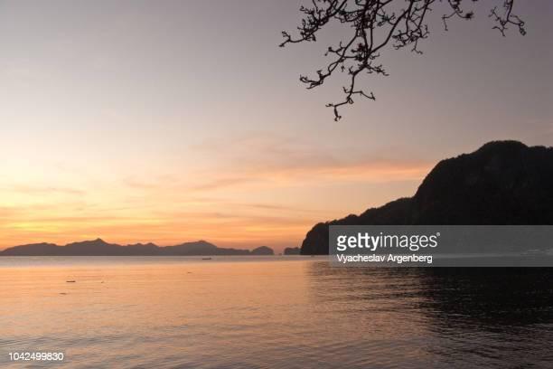 beautiful tropical sunset in el nido, palawan, philippines - argenberg bildbanksfoton och bilder