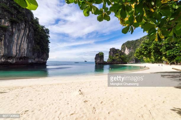 beautiful tropical white beach and blue sky and green sea on koh hong islands in andaman sea at krabi near phuket southern of thailand - railay strand stock-fotos und bilder