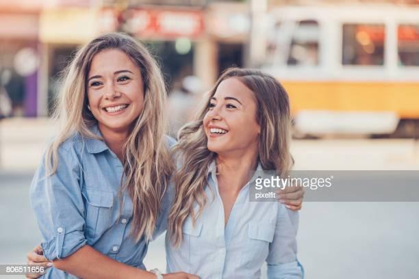Schönen Zwillingsschwestern, die Spaß in der Stadt