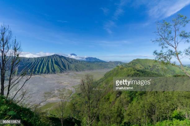 beautiful view landscape of active volcano crater  at bromo tengger semeru national park, east java of indonesia. - shaifulzamri stock-fotos und bilder