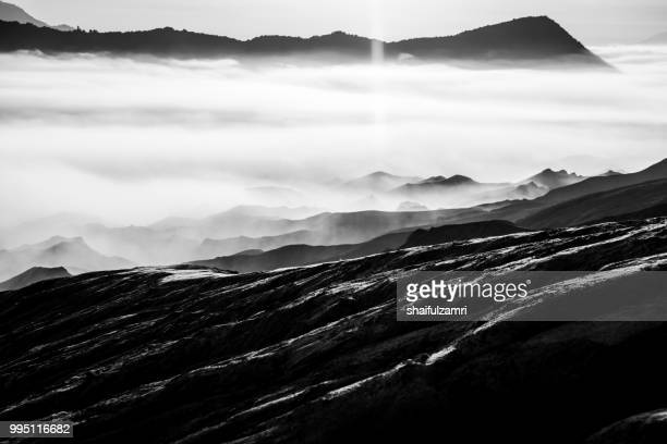 beautiful view landscape of active volcano crater with morning fog at mt. bromo, east java, indonesia. - shaifulzamri 個照片及圖片檔