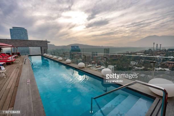 schöne aussicht auf einen pool auf dem dach und das stadtbild - keine menschen - chile stock-fotos und bilder