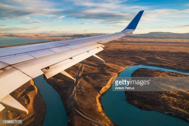 beautiful view of airplane wing over the argentine pampas - lateinamerika stock-fotos und bilder