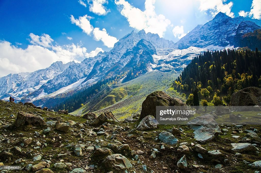 CONTENT] A beautiful view of Sonmarg valley in a pleasant autumn morning with the snow covered Himalayan mountain range in the backdrop.