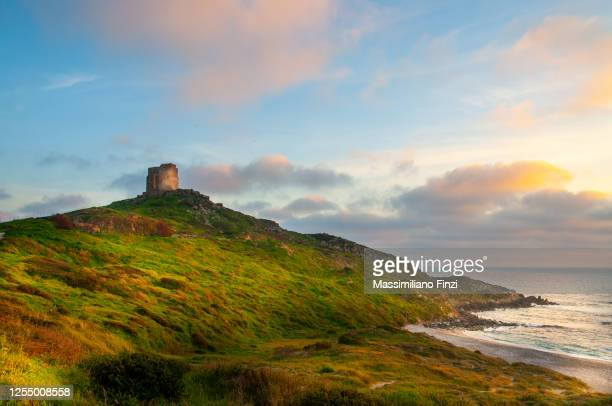 beautiful view of the spanish tower or old tower in tharros on the san marco cape. sardinia, italy - cerdeña fotografías e imágenes de stock