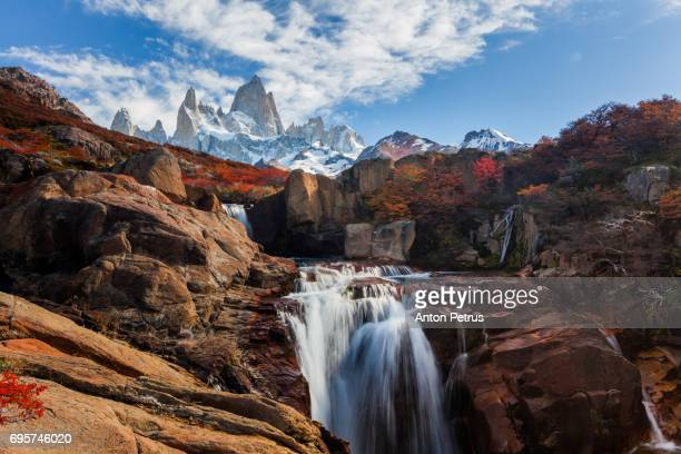beautiful view with waterfall and fitz roy mountain. patagonia, argentina - paisaje espectacular fotografías e imágenes de stock