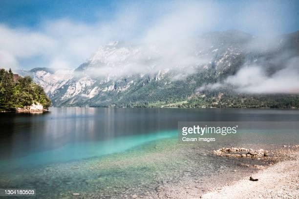beautiful views of a lake with mountains in slovenia. - slovenia foto e immagini stock