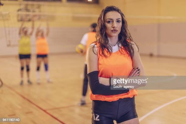 schöne volleyball-mädchen - damen volleyball stock-fotos und bilder