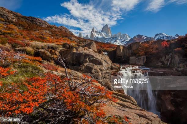 beautiful waterfall and mount fitz roy. patagonia, argentina - agua descendente fotografías e imágenes de stock