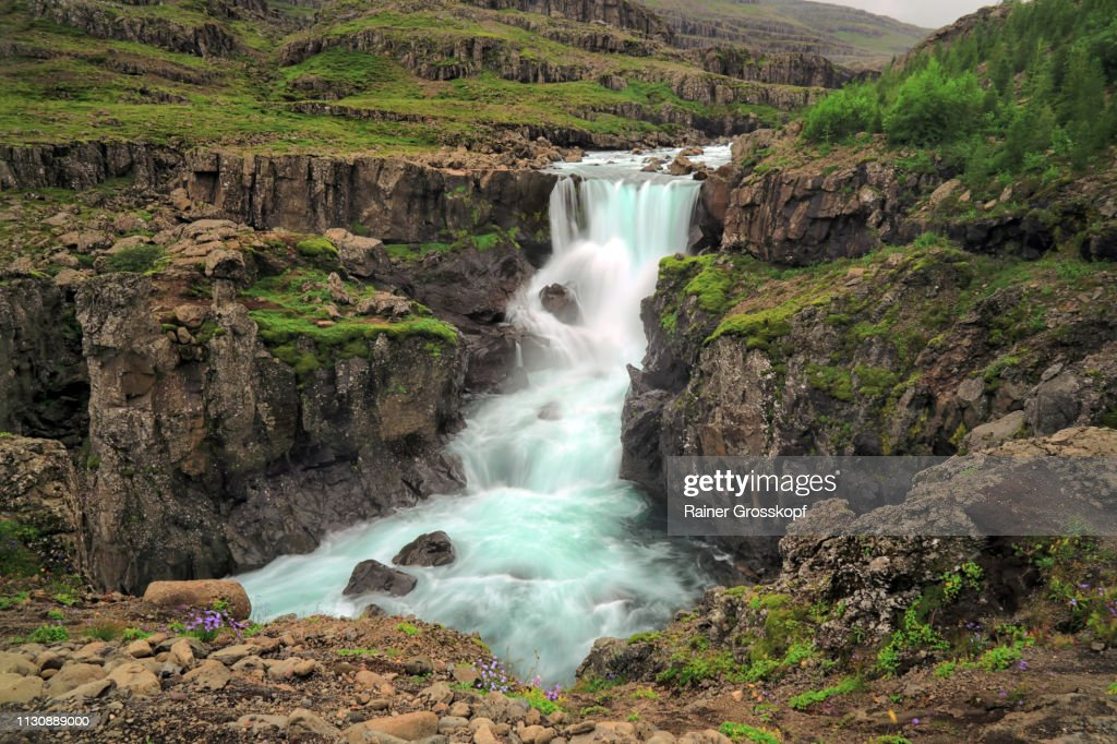 Beautiful waterfall in volcanic landscape covered with moss : Stock-Foto