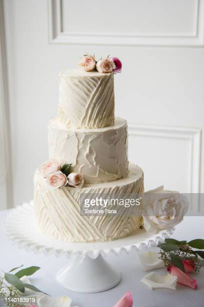 beautiful white wedding cake - wedding cake foto e immagini stock