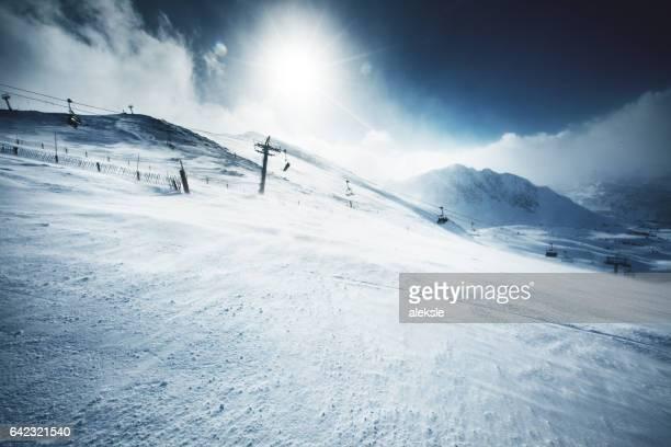 Montanhas de inverno bonito em um dia solarengo brilhante