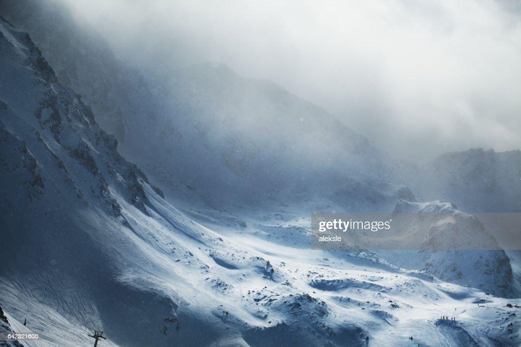 Mooie winter bergen op stormachtig weer : Stockfoto