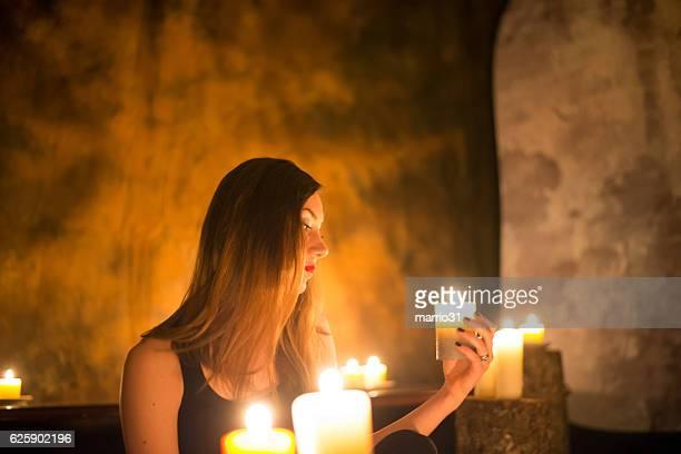 Magnifique sorcière fait witchcraft