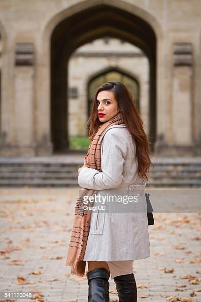 Schöne Frau und Architektur