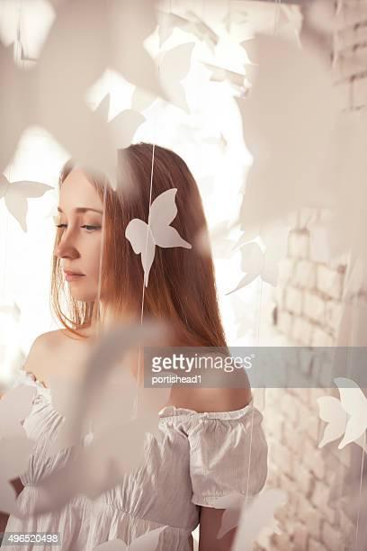 Belle femme et papillons de papier