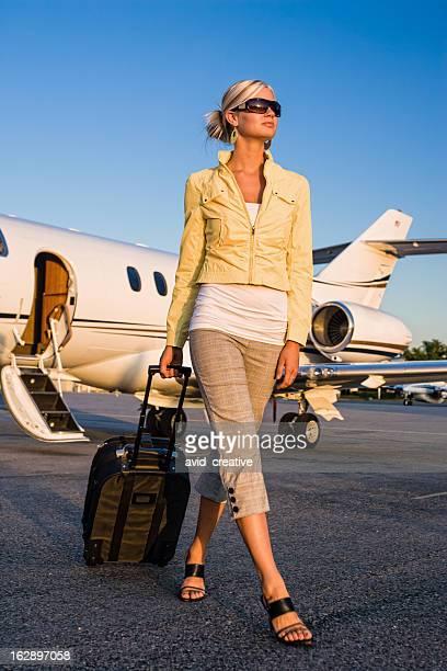 Hermosa mujer llegar al aeropuerto