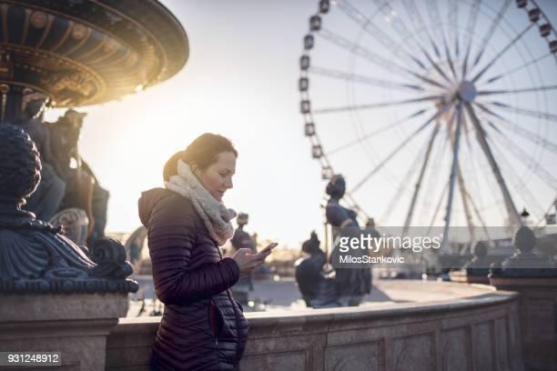 Belle femme à Paris, à l'aide de téléphone intelligent