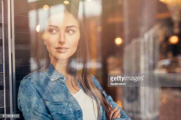 Mooie vrouw bij het venster