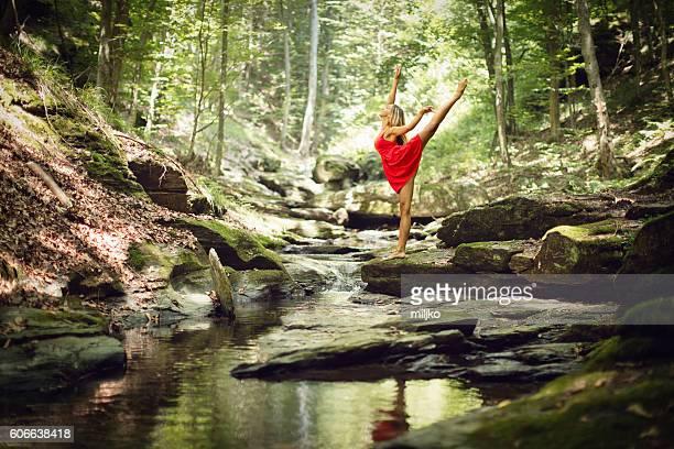 linda mulher bailarina dançar na antiga de madeira - modelo vivo imagens e fotografias de stock