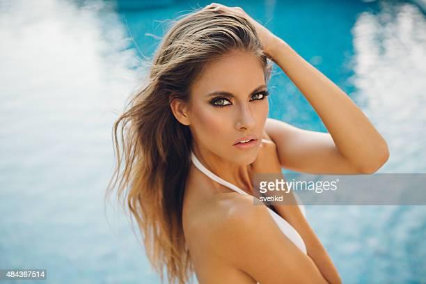 Belle femme près de la piscine.
