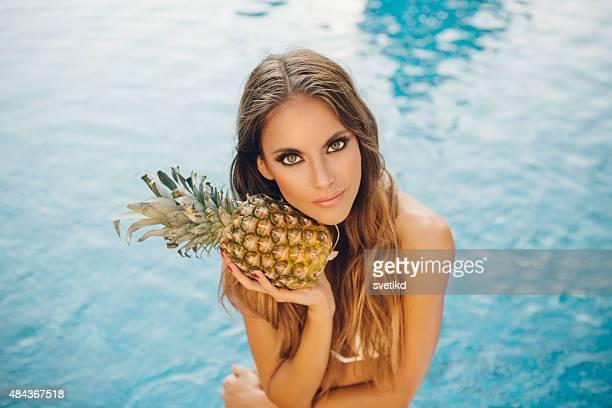Schöne Frau am pool.