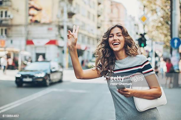 bella donna chiamare un taxi - taxi foto e immagini stock