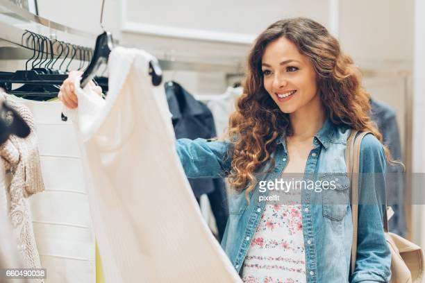 Belle femme, choisir une nouvelle robe