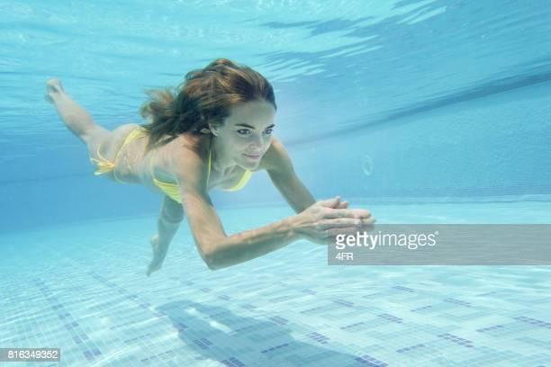 Schöne Frau, Tauchen im Pool im Urlaub
