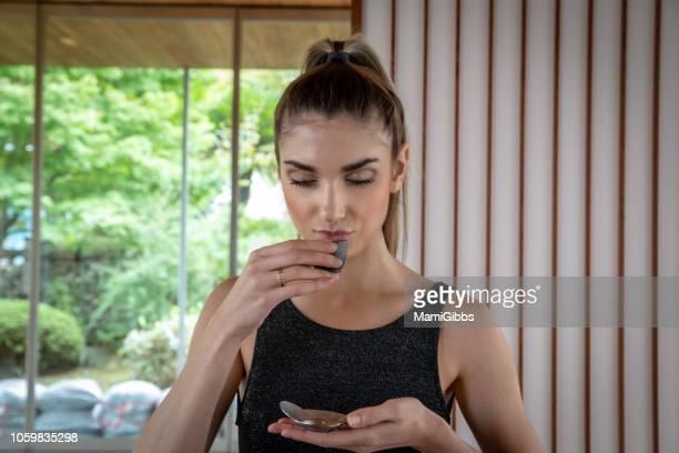 beautiful woman drinking asian tea - cérémonie photos et images de collection