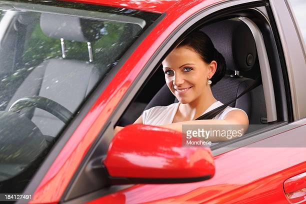 Schöne Frau Fahren ein Auto
