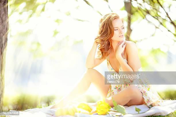 Belle femme manger dans park