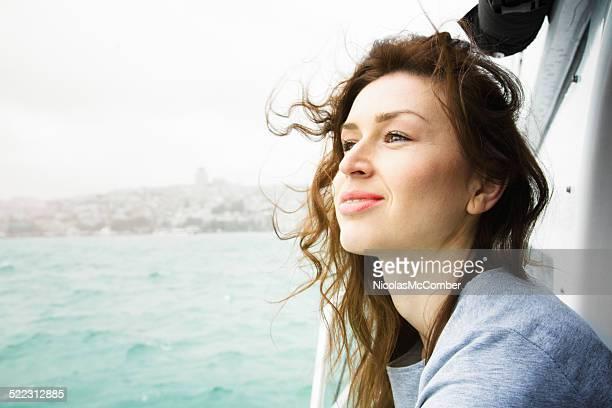 mulher bonita desfrutando de um cruzeiro no bósforo - horizonte - fotografias e filmes do acervo