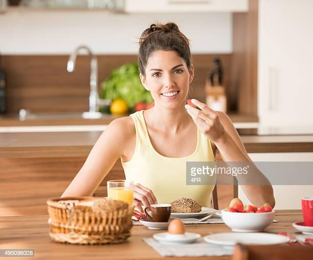 Hermosa mujer disfruta de un desayuno saludable