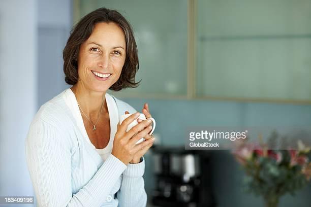 Hermosa mujer disfruta de una taza de café caliente