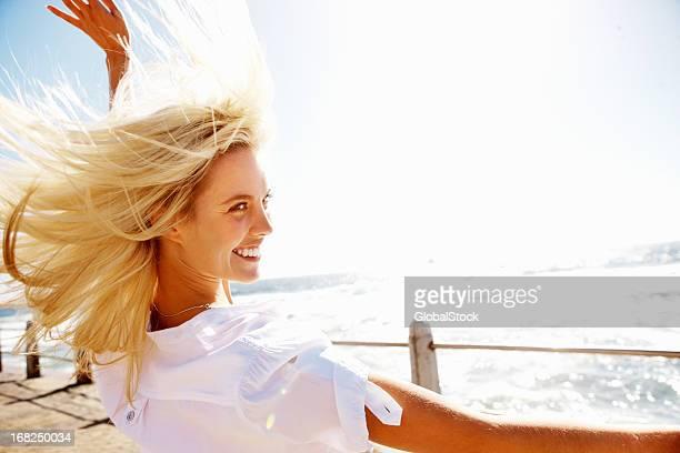 Bela mulher desfrutar brisa sobre um Cais