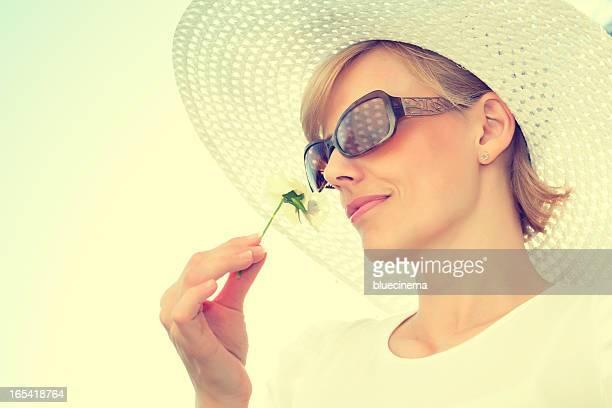 Hermosa mujer disfruta de flor