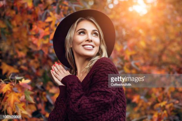 beautiful woman enjoying in a sunny autumn day - moda imagens e fotografias de stock