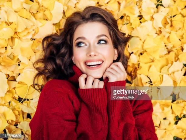 belle femme appréciant dans une journée ensoleillée d'automne - belle femme photos et images de collection